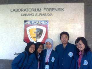 di depan lab forensik Polda surabaya